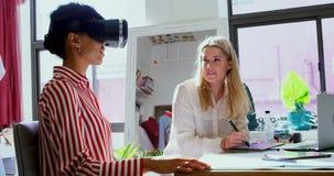 Desenhadores de moda que usam os auriculares da realidade virtual e a tabuleta gráfica 4k video estoque