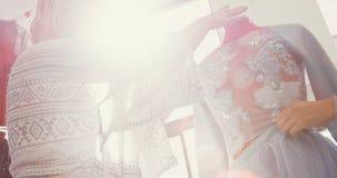 Desenhadores de moda que vestem as costureiras 4k modelo filme