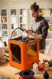 Desenhista alegre Working com a impressora 3D Fotografia de Stock Royalty Free
