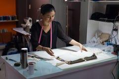 Desenhista asiático do vestido da roupa da forma do alfaiate da mulher fotografia de stock