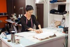 Desenhista asiático do vestido da roupa da forma do alfaiate da mulher imagens de stock