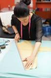 Desenhista asiático do vestido da roupa da forma do alfaiate da mulher fotos de stock