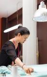 Desenhista asiático do vestido da roupa da forma do alfaiate da mulher fotografia de stock royalty free