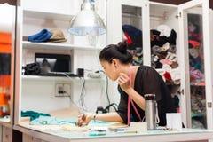 Desenhista asiático do vestido da roupa da forma do alfaiate da mulher fotos de stock royalty free
