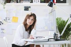 Desenhista criativo da jovem mulher que trabalha no escritório. imagens de stock