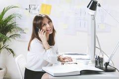Desenhista criativo da jovem mulher que trabalha no escritório. fotografia de stock