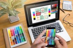 Desenhista criativo Graphic no trabalho Amostras da amostra de folha da cor, Illustr imagens de stock
