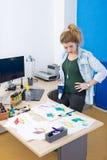 Desenhista criativo no trabalho foto de stock