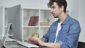 Desenhista criativo novo Coming ao escritório e funcionamento no Desktop video estoque