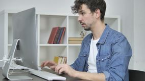 Desenhista criativo novo Leaving Office após o trabalho no Desktop video estoque