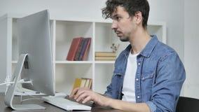 Desenhista criativo novo Working On Desktop no escritório filme
