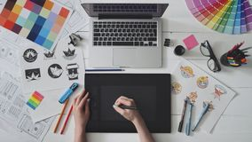 Desenhista criativo que usa a tabuleta de gráficos ao trabalhar em sua tabela
