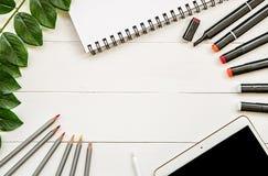Desenhista da arte ou espaço de trabalho do ilustrador tirar e esboçar o plano das ferramentas, do bloco de desenho e da planta c foto de stock royalty free