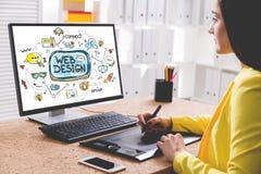Desenhista da mulher que tira um esboço do design web fotografia de stock royalty free