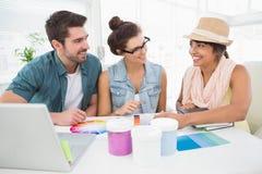 Desenhista de sorriso que fala com os clientes sobre a carta de cor Imagem de Stock