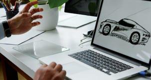 Desenhista do carro que trabalha no portátil e na nova tecnologia despercebida 4k filme