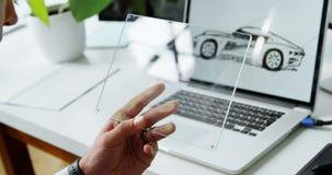 Desenhista do carro que usa a tabuleta digital de vidro no escritório 4k vídeos de arquivo