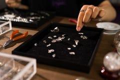 Desenhista fêmea que faz joias em uma loja de joia Imagem de Stock