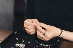 Desenhista fêmea que faz joias em uma loja de joia o Fotografia de Stock