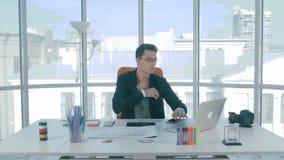 Desenhista novo em seu local de trabalho que desenvolve uma aplicação do telefone celular dos bens imobiliários filme