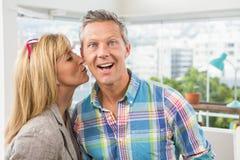 Desenhista ocasional que dá seu beijo do colega no mordente fotografia de stock