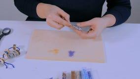 Desenhista que faz o broche feito a mão vídeos de arquivo