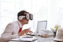 Desenhista que olha interessada o índice 3d no gla da realidade virtual Fotografia de Stock Royalty Free