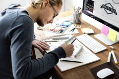 Desenhista que trabalha no escritório fotografia de stock