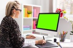 Desenhista que usa a tabuleta de gráficos ao trabalhar com computador fotos de stock royalty free