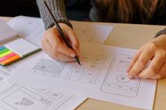Desenhista que wireframing um App móvel fotos de stock royalty free
