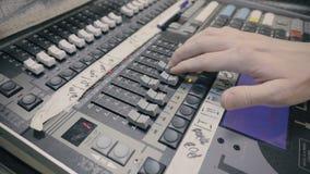 Desenhista sadio que trabalha no controle sadio vídeos de arquivo