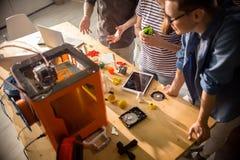 Desenhistas criativos que usam a impressora 3D Foto de Stock