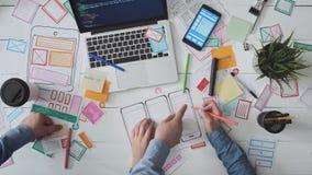 Desenhistas de UX que tiram a disposição móvel do app vídeos de arquivo