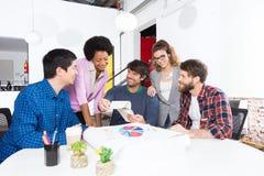 Desenhistas diversos dos empresários do grupo de raça da mistura do escritório dos povos foto de stock royalty free