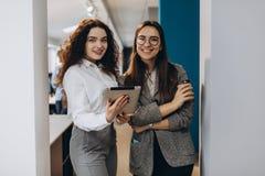 Desenhistas fêmeas, estudantes que trabalham junto no escritório Educação, conceito criativo do escritório imagem de stock