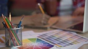 Desenhistas fêmeas que tomam notas e que bebem o café, ocupação criativa, artistas filme