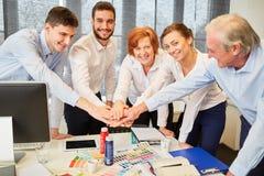 Desenhistas na equipe start-up que empilha as mãos fotos de stock