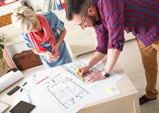 Desenhistas novos que trabalham no projeto novo Imagens de Stock