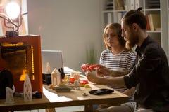 Desenhistas que usam a impressora 3D no estúdio Fotografia de Stock Royalty Free