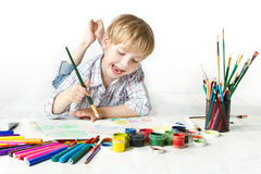 Desenho alegre feliz da criança com a escova no álbum Fotografia de Stock
