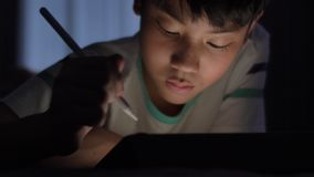 Desenho asiático bonito da mão da criança na tela do tablet pc com lápis do estilete vídeos de arquivo