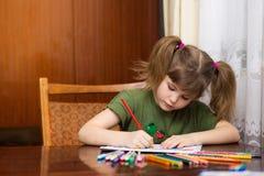 Desenho bonito da menina da criança por lápis multi-coloridos foto de stock royalty free