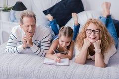 Desenho bonito da menina e divertimento ter com suas avós Imagem de Stock Royalty Free