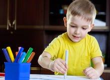 Desenho bonito do rapaz pequeno com pena da feltro-ponta Imagens de Stock Royalty Free