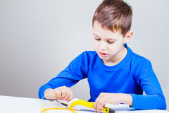 Desenho da criança com a pena da impressão 3d Criativo, tecnologia, lazer, conceito da educação Imagem de Stock