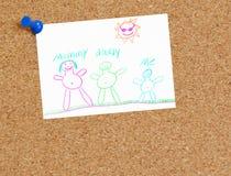 Desenho da família da criança na placa da cortiça ilustração stock
