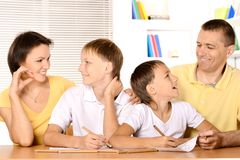 Desenho da família na tabela Foto de Stock