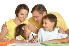 Desenho da família na tabela Fotografia de Stock Royalty Free