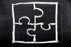 Desenho da mão do giz como a forma do enigma na placa preta foto de stock royalty free