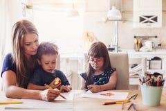 Desenho da mamã com suas crianças fotos de stock